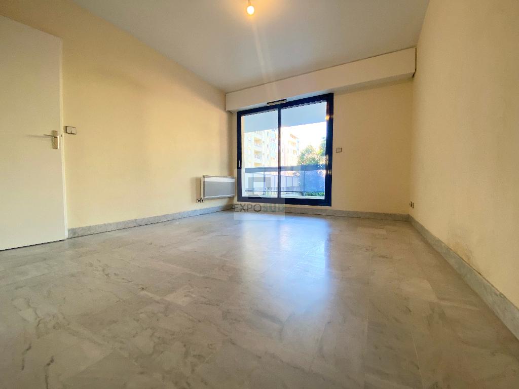 Location Appartement JUAN LES PINS séjour de 17 m²